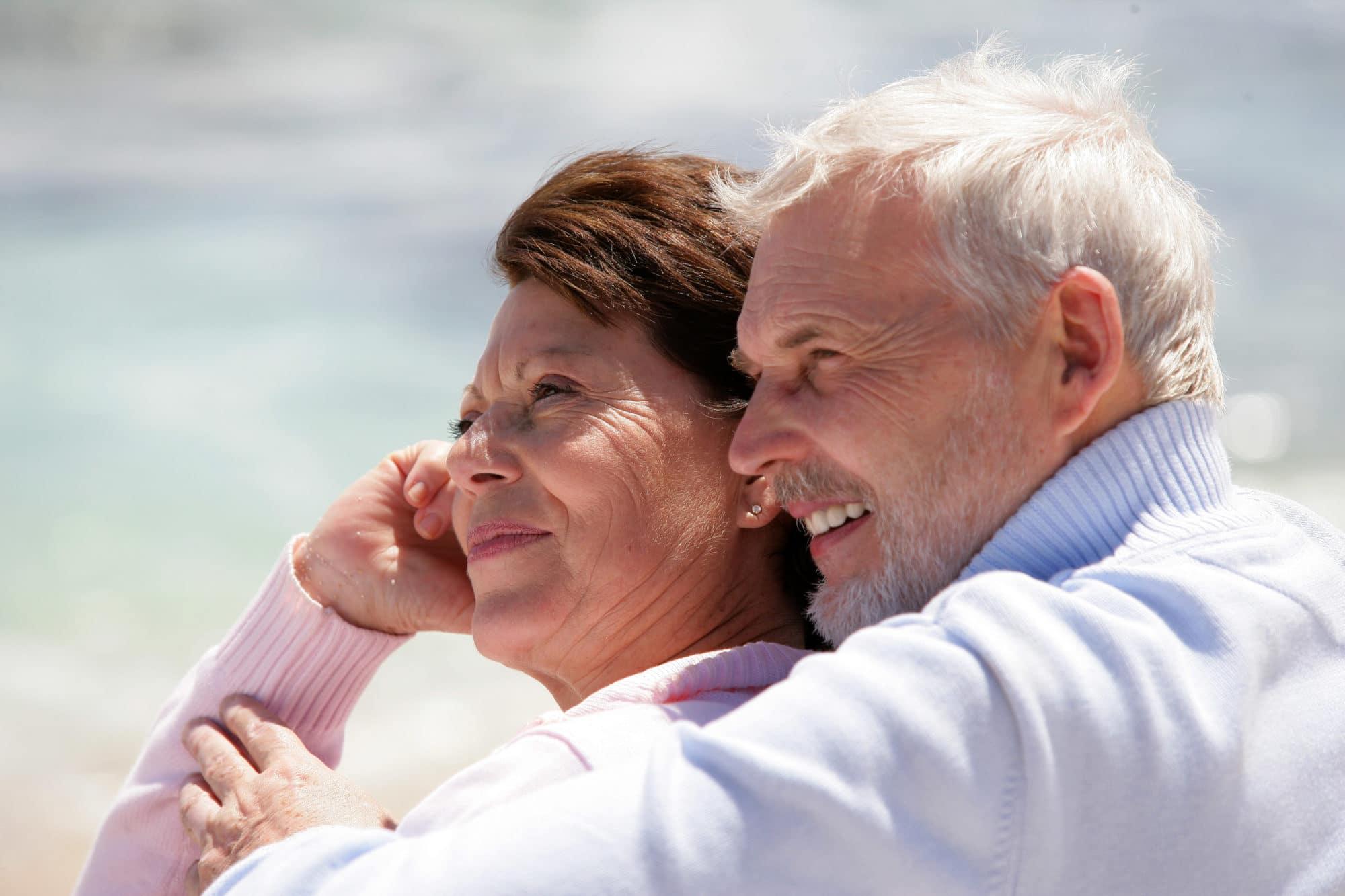 Portrait d'un couple de seniors souriants au bord de la plage