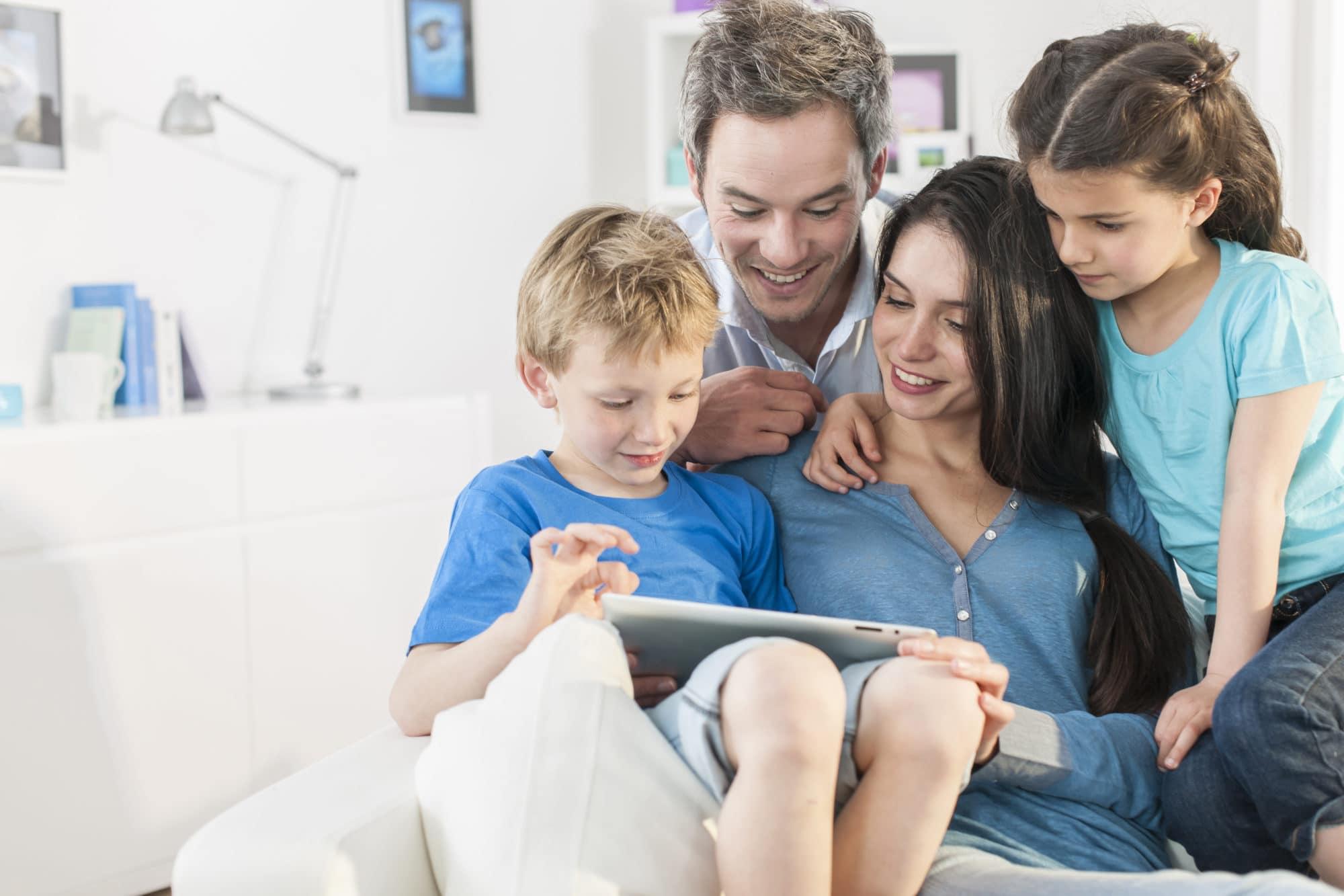 Famille jouant ensemble sur tablette