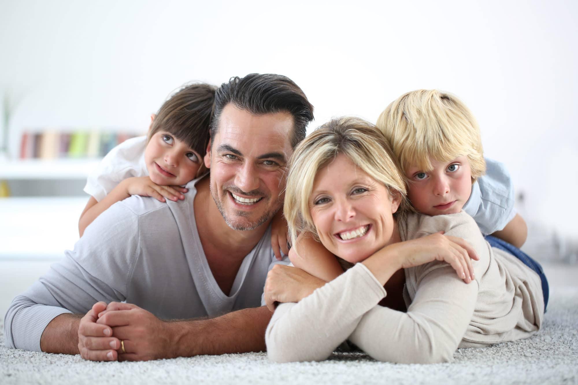 Portrait de famille sur la moquette
